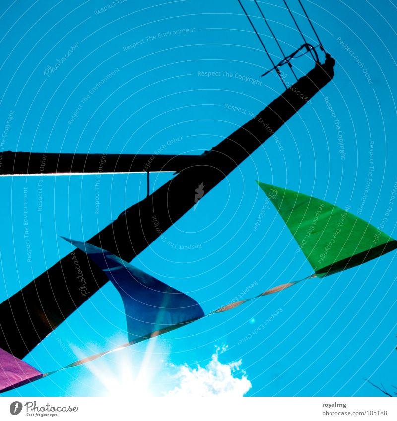 sommerfest Fahne grün schwarz Strommast Sommer verschönern mehrfarbig Gegenlicht Club blau Sonne Feste & Feiern Wind Himmel