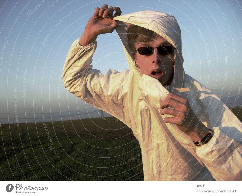 [b/w] eierfabend Kerl Körperhaltung weiß Arbeitsanzug Quarantäne Labor Laborant Reinigen Raumpfleger Mundschutz Sonnenbrille Wiese Weide Feld Strommast Gelände