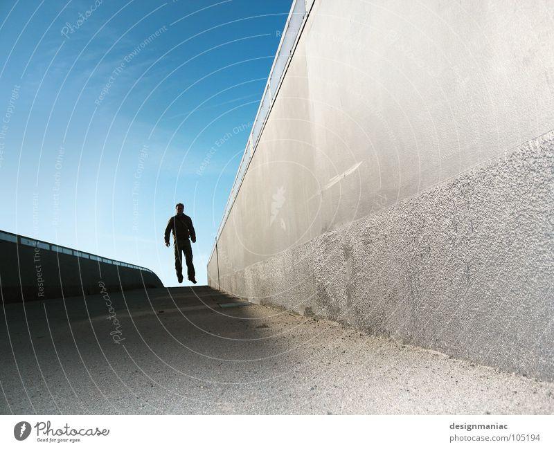 Gonna fly now (Juhuu 100) Matrix Stil extrem Beton grau schwarz Mann springen Schweben Luft Schwerelosigkeit dunkel Held steil Börse Fluchtpunkt Wand Mauer
