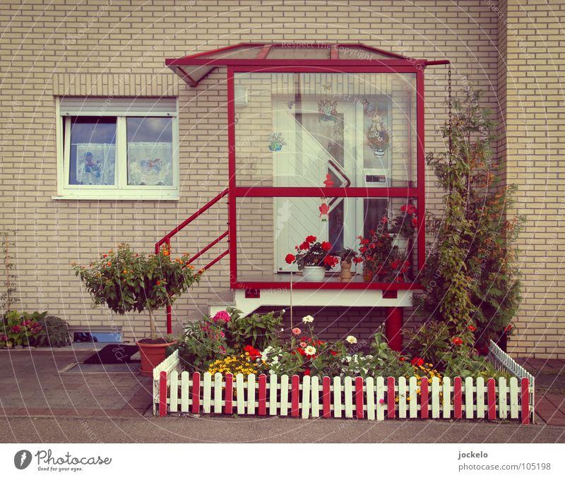Private weiß Stadt rot Haus Fenster Architektur Tür Treppe Sträucher Kitsch Idylle Eingang Zaun Flur Geländer Siebziger Jahre