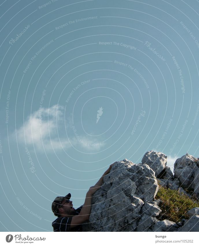 Marc kämpft Felsen Berghang Schlucht hängen festhalten Überlebenskampf Panik hilflos Mann Bergsteigen Wolken Angst Berge u. Gebirge abtürzen schreien Klettern
