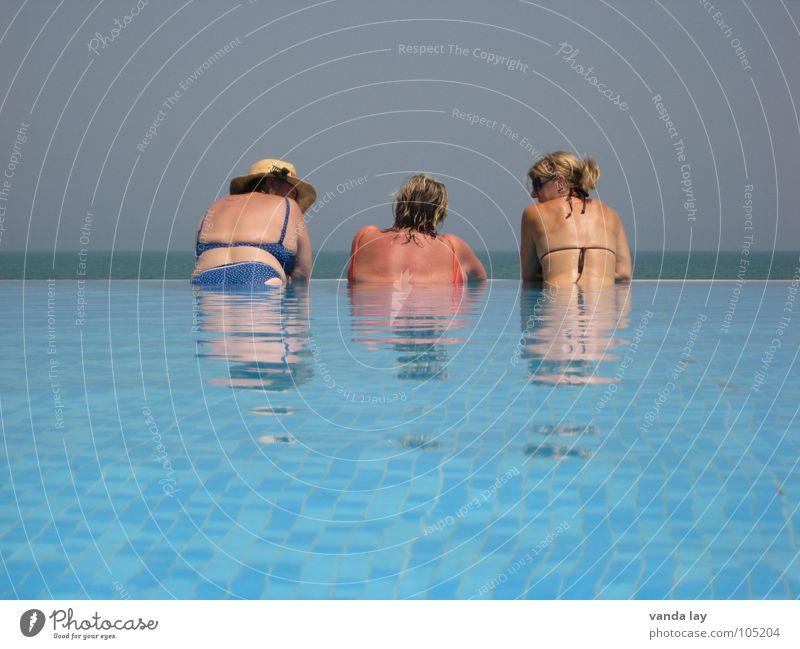 Drei Damen vom Grill Frau alt Sonnenbad braun sprechen Zusammensein Meer Schwimmbad Sommer Ferien & Urlaub & Reisen Bikini Badeanzug Erholung Wellness Küste