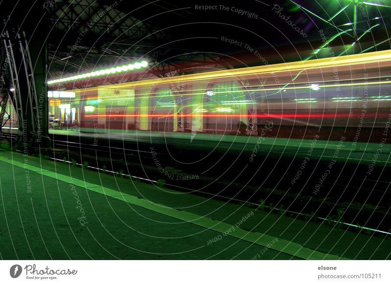 nachtzug nach... Nacht dunkel Licht Langzeitbelichtung Eisenbahn Lokomotive Lampe rot grün schwarz gelb fahren Bewegung Geschwindigkeit langsam Einfahrt Linie