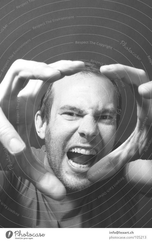 Biss, Portait, Mann, Dynamisch Mensch maskulin Erwachsene Kopf Auge Ohr Nase Zähne Hand Finger schreien Graustufenbild beißen Schwarzweißfoto Innenaufnahme