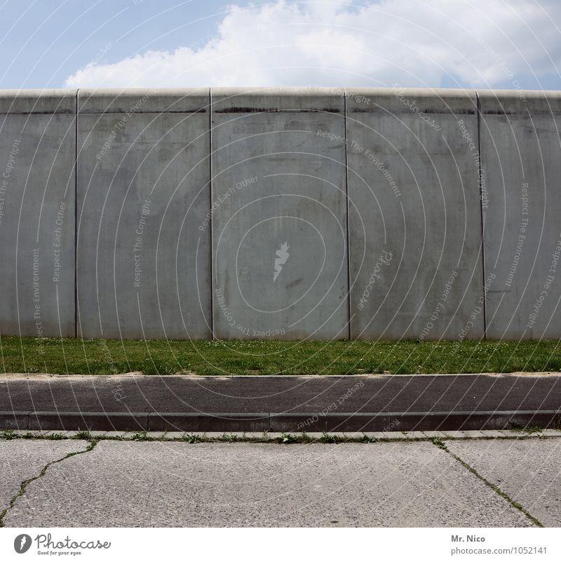 wall street Umwelt Himmel Wolken Gras Bauwerk Mauer Wand Straße Wege & Pfade grau grün Bürgersteig Sackgasse Endstation Ende Fluchtweg Symbole & Metaphern