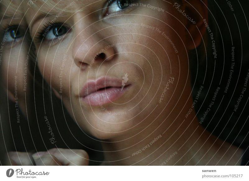 die denkende Frau Lippen Gedanke Denken dunkel Spiegel Spiegelbild Hand berühren anlehnen Konzentration Mensch woman lippenbiss beißen Auge Nase nachdenken