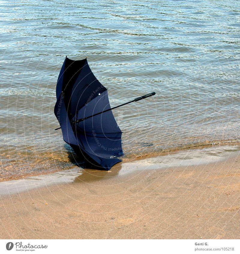 er ist weg Wasser blau Sommer Strand Sand Wellen Wind Fluss Schutz Regenschirm Stoff Dinge Material Flussufer verloren Schönes Wetter