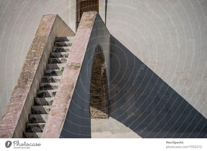 Dienstboteneingang Italien Burg oder Schloss Bauwerk Gebäude Architektur Mauer Wand Treppe Fassade Fenster alt ästhetisch eckig groß historisch rund schön braun