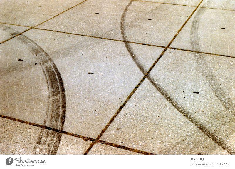 Parkplatz Dynamik Beton Silhouette Gummi Reifenspuren Kurvenlage Abrieb Erschöpfung fahren Schwung Kraft parken Verkehrswege Freude Motorsport Plattenbau Niveau