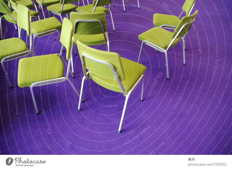 Stuhlgesellschaft 1 Teppich grün hellgrün violett knallig Farbe mehrfarbig durcheinander chaotisch Kontrast Besucher Gast sitzen stehen bequem einladen Polster