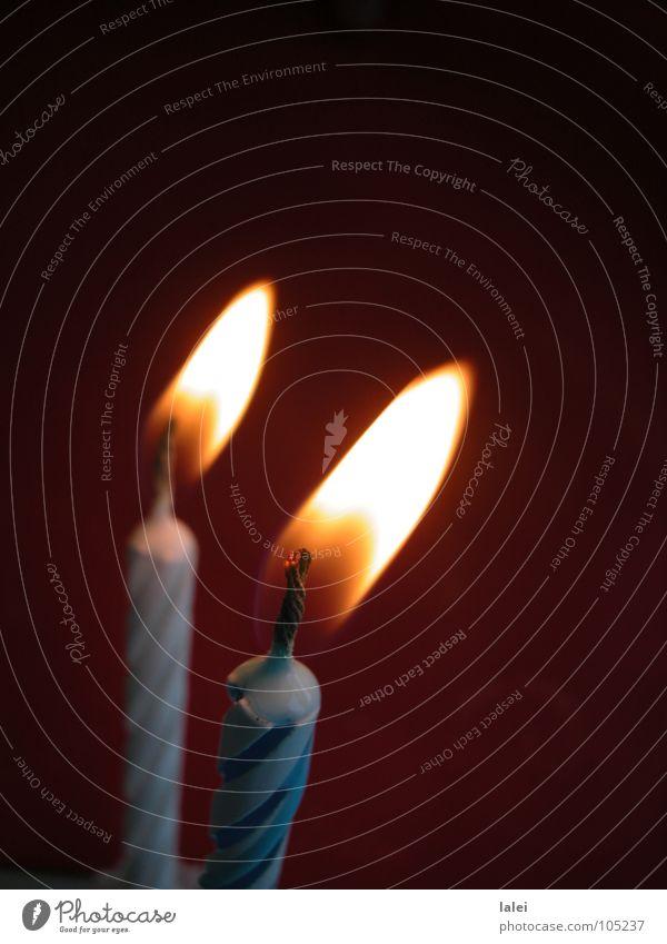 Geburtstagskerzen dunkel Brand Kerze blasen anzünden Torte