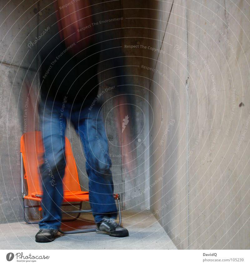 Raus aus der Ecke - BEAM ME UP! Mann Ferien & Urlaub & Reisen Hand Einsamkeit Bewegung grau Raum gehen Beton Geschwindigkeit Wandel & Veränderung Jeanshose Hose