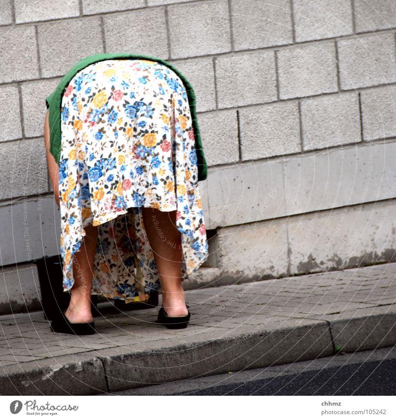 Mutti Schürze Kittel Frau Blume Beton Schlappen Hausschuhe Weste Strickjacke Bürgersteig Hinterteil Wade Senior bückem. arbeiten altmodisch Trottoir Hintern