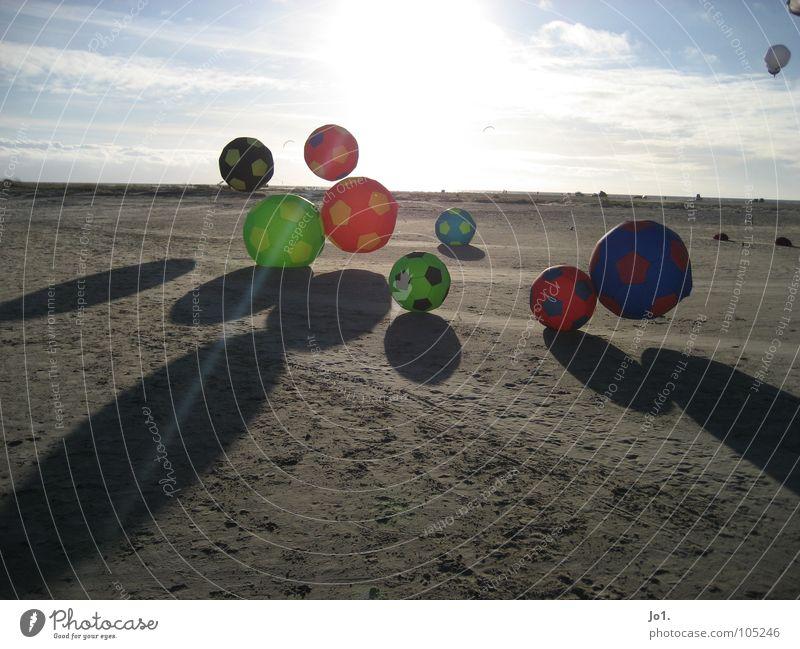 SUNBALL Strand Horizont Freizeit & Hobby Spielen Sommer Sonne Ball Drache Gegenlicht Schattenspiel Fußball viele mehrfarbig fliegend Schweben groß klein