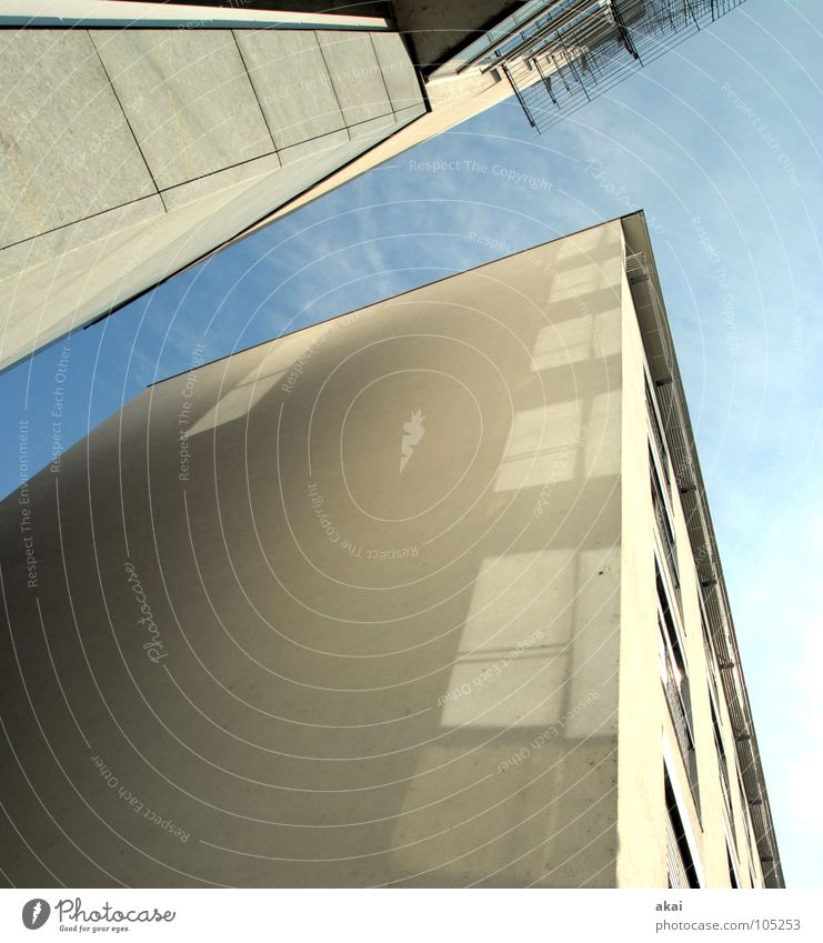 Freiburger Perspektiven 6 - Danke Mado! Himmel blau Stadt Haus Fenster Gebäude hoch Perspektive modern Macht Baustelle Handwerk bauen krumm himmelblau