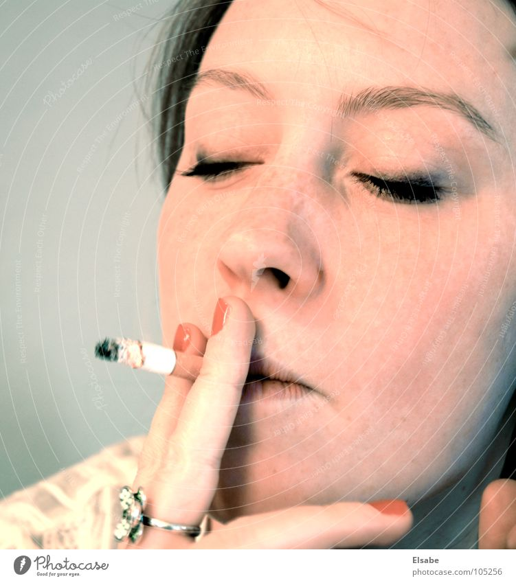 après-midi Frau schön Gesicht feminin Rauchen Rauch Zigarette Wimpern Nagellack