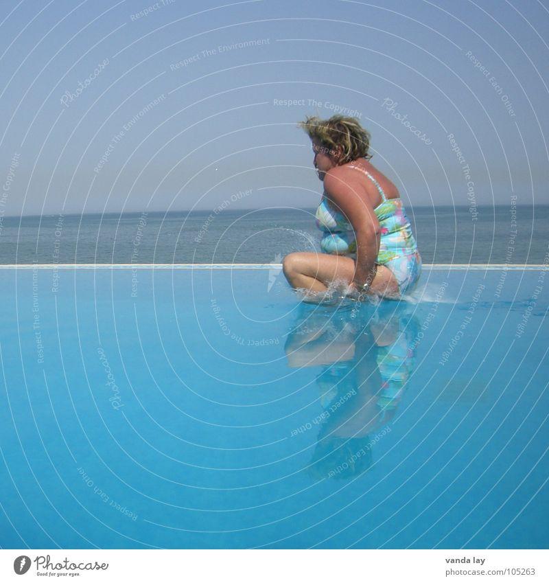 Arschbombe deluxe IV Sommer Schwimmbad Ferien & Urlaub & Reisen Meer Badeanzug springen dick Frau Kühlung Freibad Übergewicht himmelblau Himmel blond Horizont