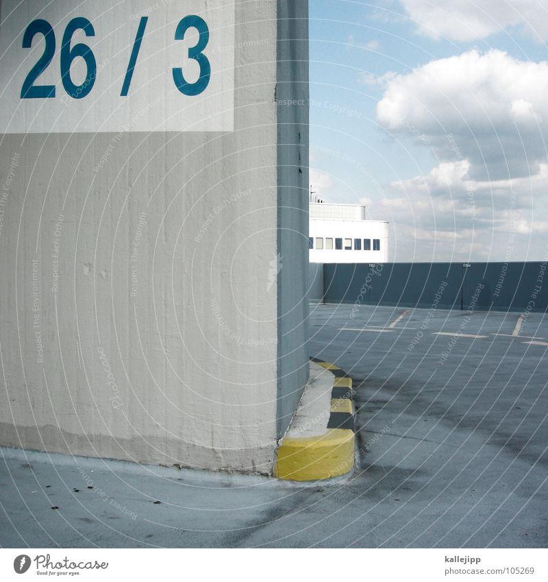 26/3 Parkhaus Parkplatz Frauenparkplatz Parkdeck Stadt Verkehrsregel zyan Richtung Schilder & Markierungen Ziffern & Zahlen parken Asphalt Lautsprecher grau