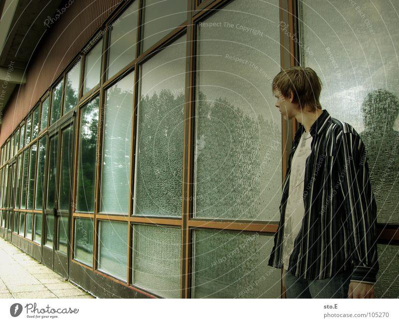 schlechte haltung Kerl Körperhaltung Wand Gelände Gebäude Haus verfallen Kindergarten Eingang Fenster Spiegel Reflexion & Spiegelung Muster stehen Denken Dach