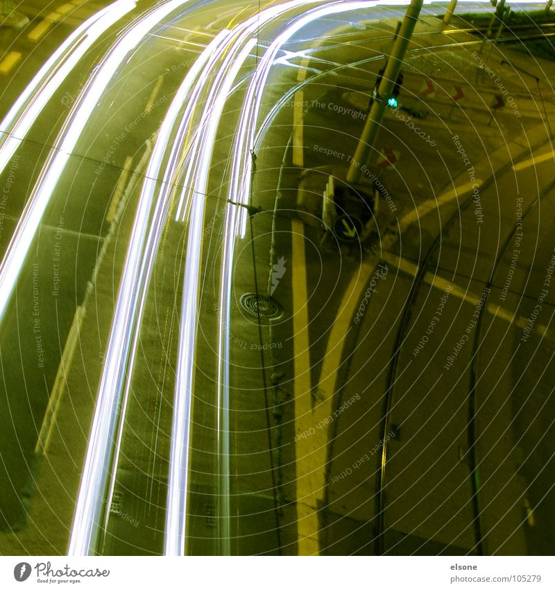 straßenlicht Stadt schwarz Ferne Straße dunkel Bewegung Wege & Pfade Linie Raum Schilder & Markierungen Beton Verkehr Kreis fahren Güterverkehr & Logistik KFZ