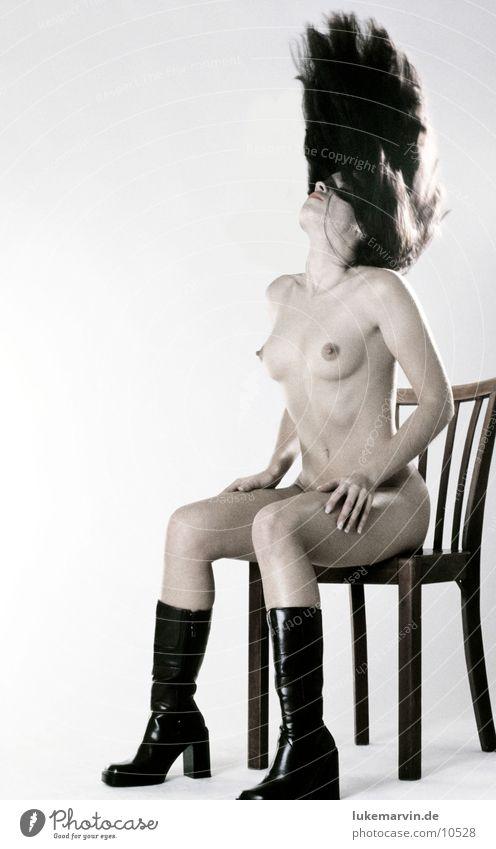 Haar Model Frau Akt Haare & Frisuren Bewegung Weiblicher Akt feminin Frauenkörper langhaarig Stiefel Innenaufnahme Studioaufnahme Beautyfotografie