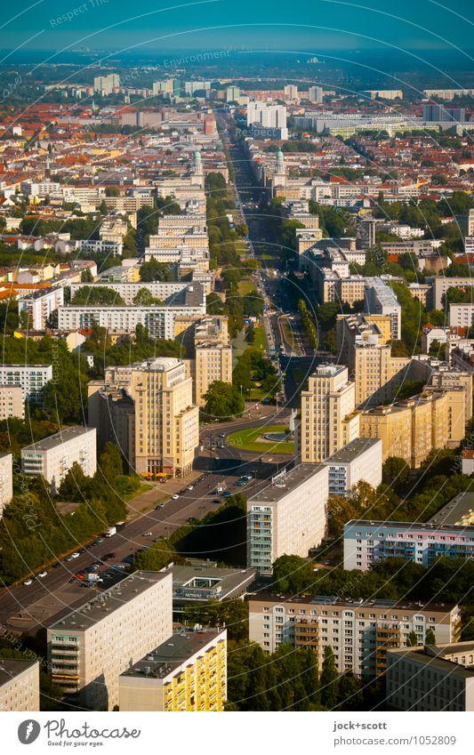 gedachte Linie Karl-Marx-Allee Sightseeing Städtereise Architektur DDR Ostalgie Schönes Wetter Friedrichshain Platz Hauptstadt Stadtzentrum bevölkert Stadtteil