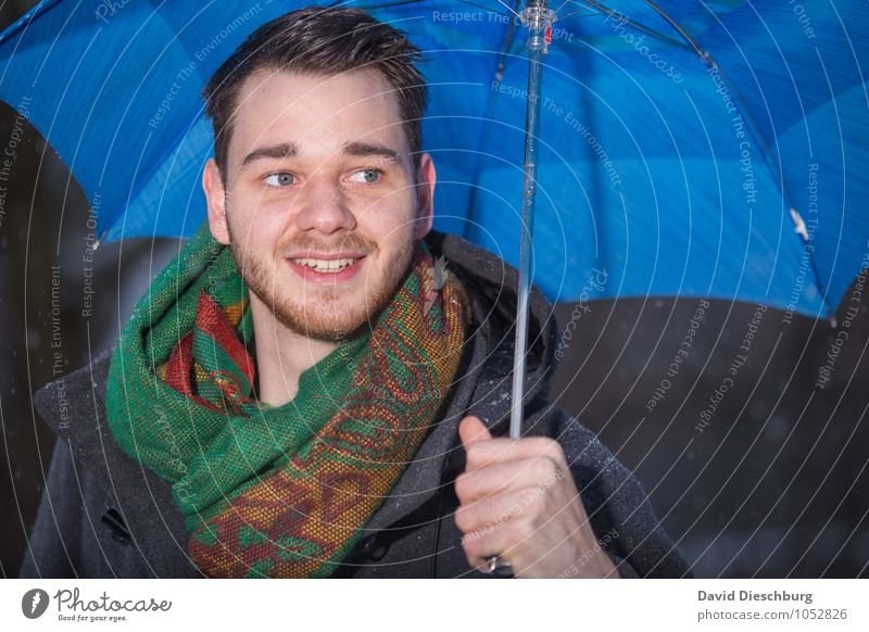 Singing in the rain Mensch Jugendliche blau grün Junger Mann 18-30 Jahre Winter schwarz kalt Erwachsene gelb Herbst Gefühle Schnee Frühling Glück