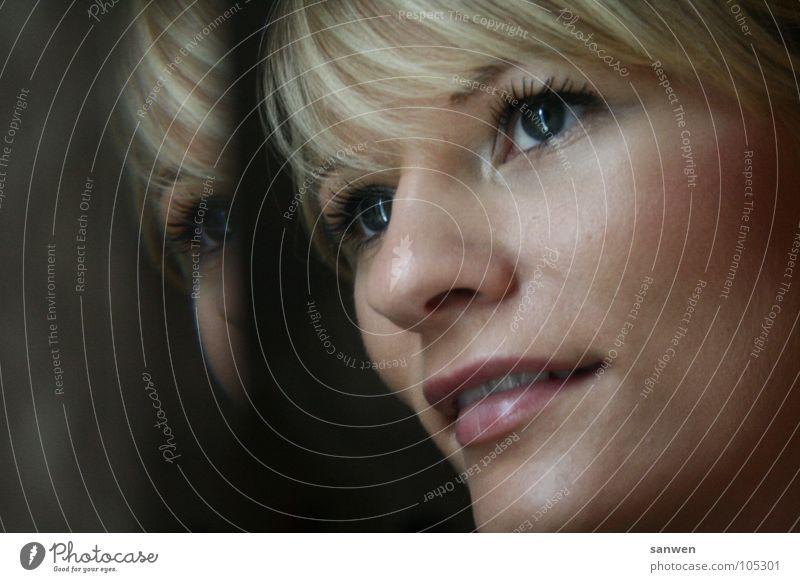 spieglein, spieglein Frau Mensch Freude Auge Einsamkeit Ferne Lampe Glück lachen Haare & Frisuren Mund Wärme Zufriedenheit blond Nase Aussicht
