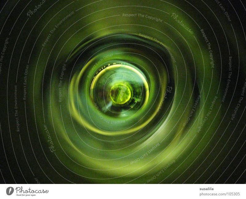 Ein Tiefer Blick... grün rund tief glänzend Makroaufnahme Nahaufnahme Flasche Glas Tunnelblick Glasflasche Durchblick Weinflasche