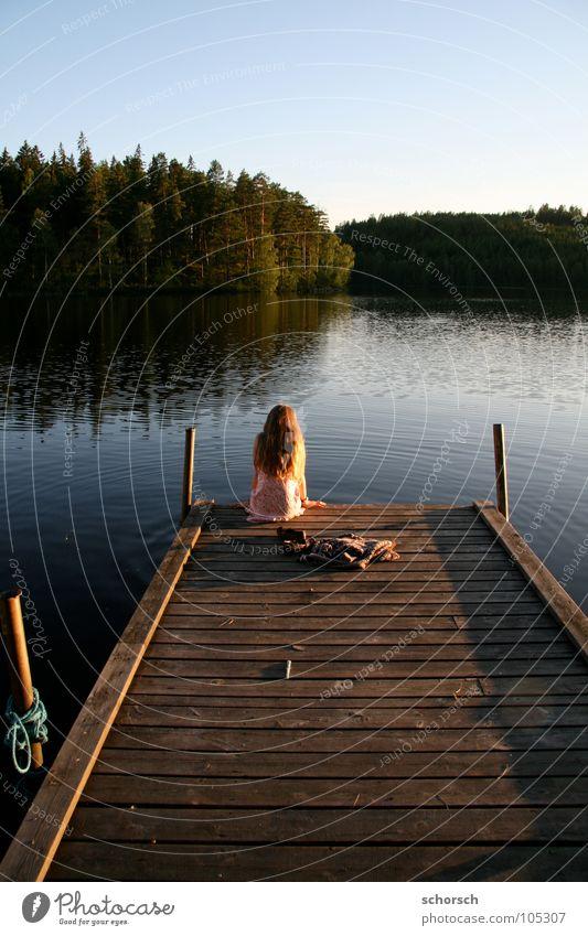 Bootsteg Steg Junge Frau Holz Wald See Sonnenuntergang Wasser Schweden
