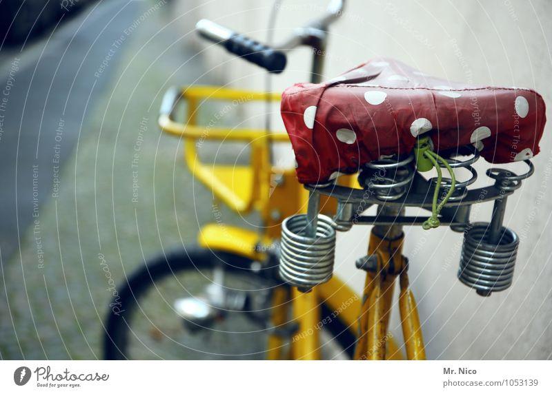 gleicher sattel , anderes rad weiß rot gelb Wand Straße Bewegung Wege & Pfade Mauer Lifestyle Stadtleben Freizeit & Hobby Fahrrad warten Ausflug Fahrradfahren Punkt