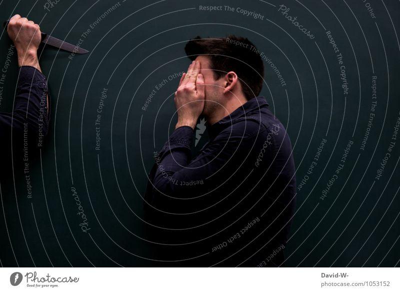 Augen vor dem Terror verschließen maskulin Theaterschauspiel Schauspieler Aggression bedrohlich dunkel gruselig wild schwarz Stimmung Sorge Trauer Tod Schmerz