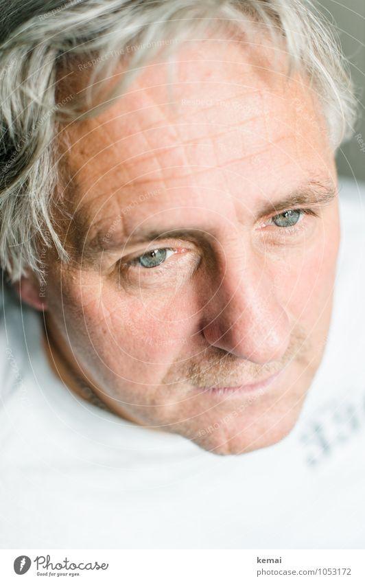 Blick Mensch maskulin Mann Erwachsene Leben Kopf Nase 1 45-60 Jahre T-Shirt grauhaarig kurzhaarig Dreitagebart Denken Freundlichkeit hell schön Gefühle Vorsicht