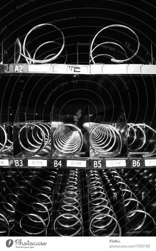 Ausverkauft Metall Kunststoff schwarz Automat leer Spirale Süßwaren Maschine ausverkauft Mangel Notsituation verkaufen Schwarzweißfoto Innenaufnahme