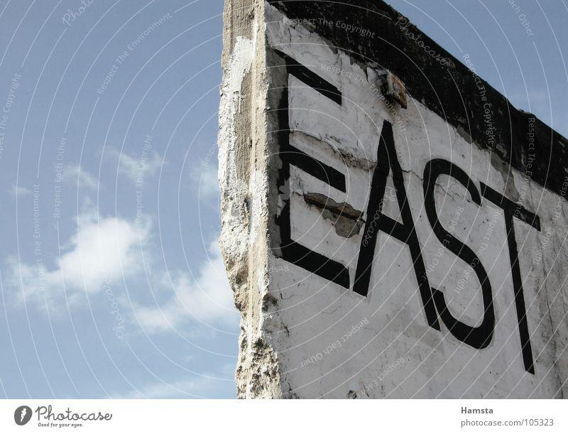 East Side wall Mauer Berliner Mauer Osten Außenaufnahme Froschperspektive Querformat Wahrzeichen Denkmal Deutschland Hauptstadt Vergangenheit Detailaufnahme