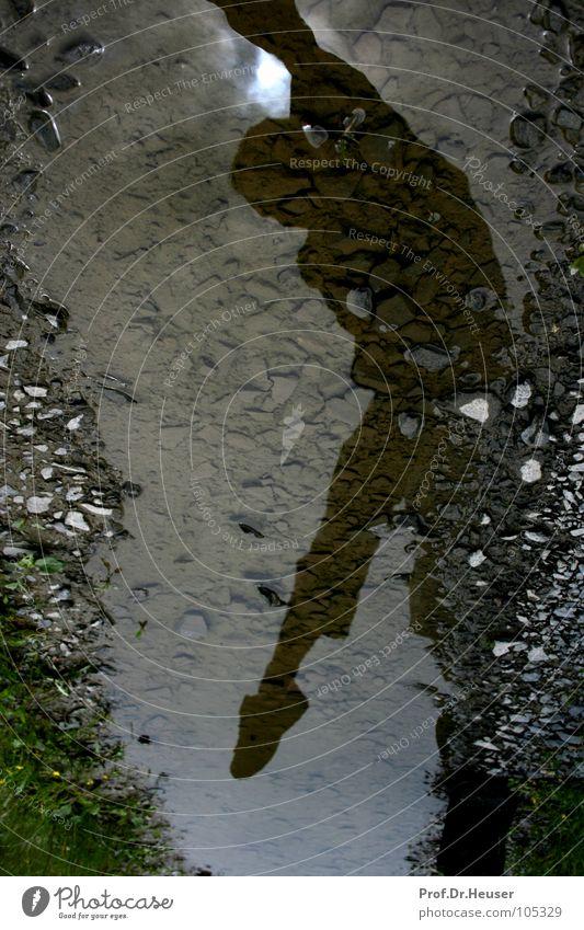 Jump Over Water Pfütze nass Spiegel Spiegelbild springen hüpfen Freude spontan Außenaufnahme Jugendliche Wasser Siluette Reflexion & Spiegelung Regen Schatten