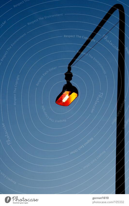 Laterne, Laterne Lampe Licht Nacht dunkel Dämmerung Kunstlicht Straßenbeleuchtung Detailaufnahme Industrie orange blau Abend Beleuchtung Elektrisches Licht