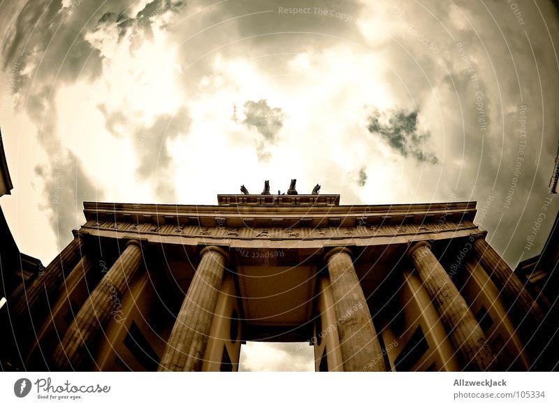Der Himmel über Berlin Brandenburger Tor Wahrzeichen Osten Grenze ehemalig Wolken schlechtes Wetter Tourismus Tourist Sightseeing Kunst Denkmal