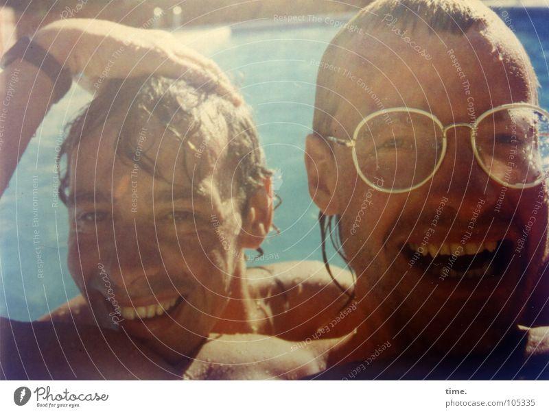 Reisepause Badesause Mensch blau Hand Ferien & Urlaub & Reisen Sommer Freude Erwachsene kalt Kopf Haare & Frisuren Freundschaft Schwimmen & Baden nass maskulin