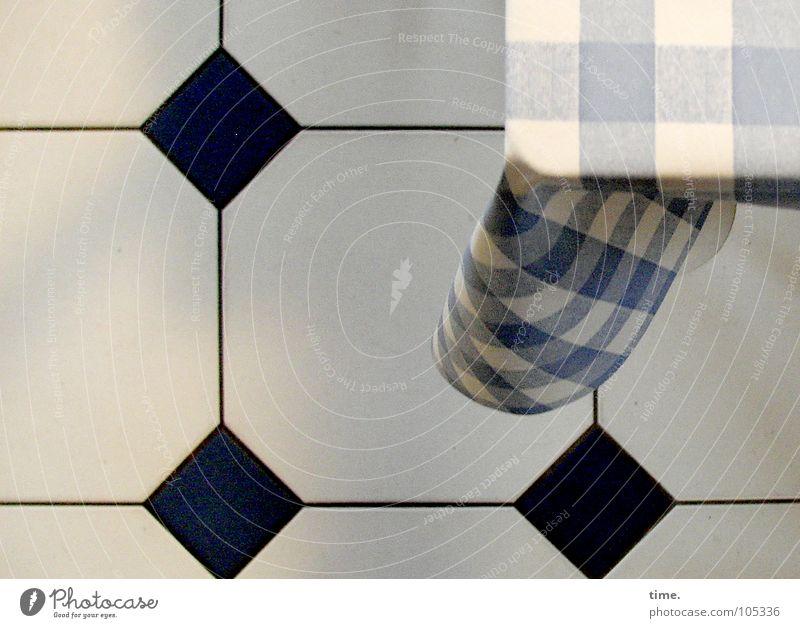 Die Quadratur des Raumes weiß blau schwarz Tisch Kommunizieren Küche Streifen Fliesen u. Kacheln Quadrat Statue Falte hängen Symmetrie Haushalt himmelblau