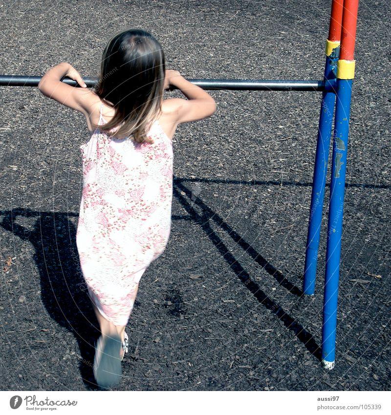 100 Kind Spielen Spielplatz Bewegung Mädchen Spieltrieb Turnen Pause Bewegungsunschärfe Kleinkind Motorik Fuß Schulhof Turnstange