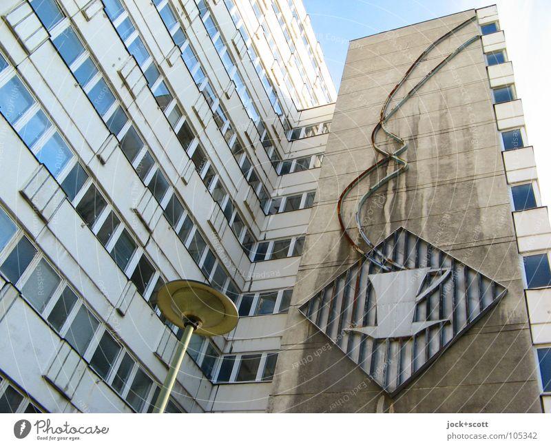 Kaffee (kalt) Symbol An Fassade Heißgetränk Kaffeetasse Restaurant DDR Piktogramm Nachkriegsmoderne Berlin-Mitte Stadtzentrum Gebäudekomplex Fenster Zeichen