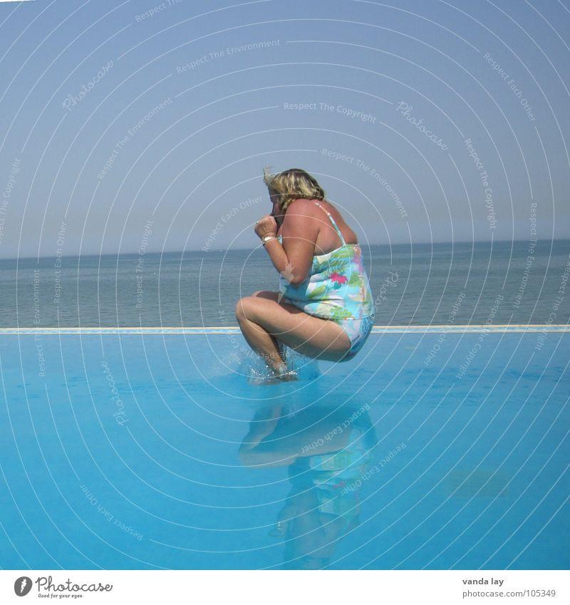Arschbombe deluxe V Sommer Schwimmbad Ferien & Urlaub & Reisen Meer Badeanzug springen dick Frau Kühlung Freibad Übergewicht spritzen himmelblau Himmel Spielen