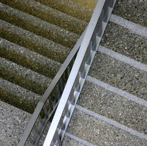 Traffic point Gegenverkehr Treppenhaus Sporthalle Etage grau Stahl Vogelperspektive Architektur Detailaufnahme Flur aneinander vorbei aufwärts abwärts Geländer