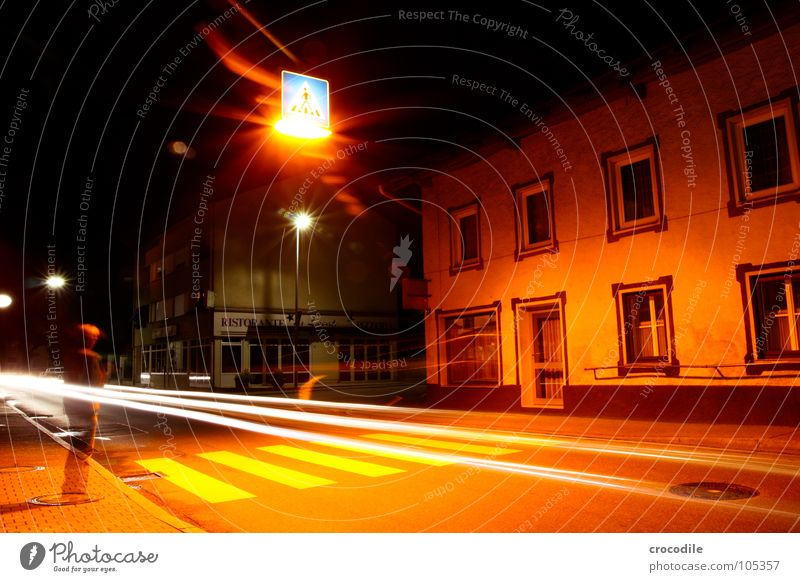 without you i'm nothing Stadt Zebrastreifen Licht Mann durchsichtig Haus Beleuchtung beklemmend dunkel mystisch Nacht Langzeitbelichtung fahren Fenster