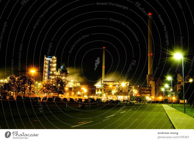 Industrial Nightlife dunkel Licht Nacht Industriefotografie grell Lampe Arbeit & Erwerbstätigkeit Rauch Abgas beschmutzen dreckig Gebäude Gras Bürgersteig