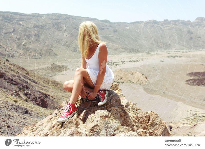 Am Vulkan Mensch Ferien & Urlaub & Reisen Jugendliche schön Sommer Junge Frau Landschaft 18-30 Jahre Ferne Erwachsene Berge u. Gebirge Wärme feminin Freiheit