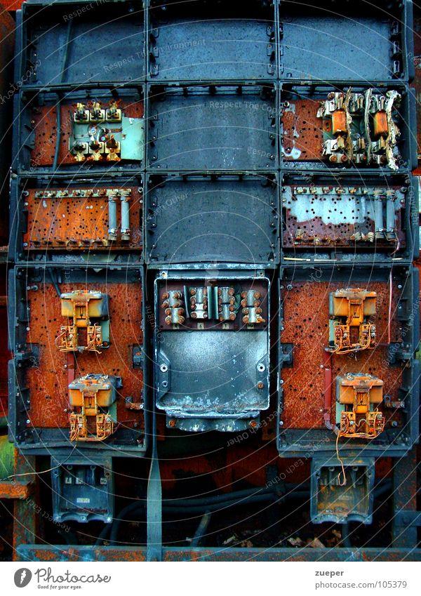 Elektro Schrank Farbfoto Außenaufnahme Experiment Strukturen & Formen Menschenleer Tag Totale Vorderansicht Fabrik Industrie Technik & Technologie Rost alt