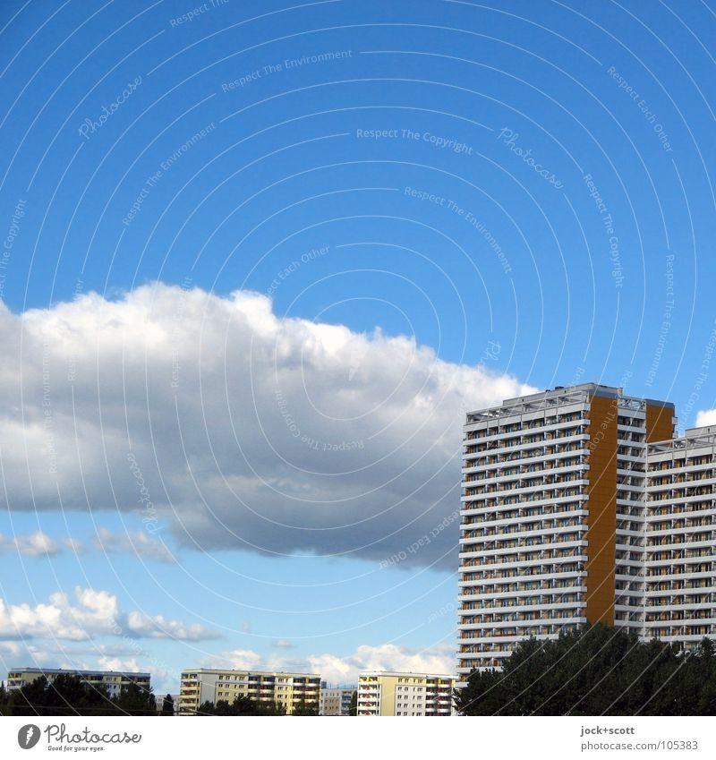 Plattenbauweise Wolken Frühling Marzahn Stadtrand Stadthaus Fassade authentisch eckig hässlich hoch modern blau Einsamkeit gleich Umwelt Zeit Etage aufstrebend