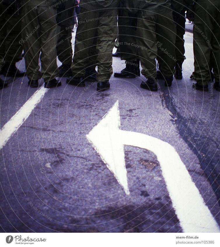 linksabbieger grün ruhig Menschengruppe Schuhe warten mehrere Sicherheit Asphalt Schutz Pfeil Konflikt & Streit Stiefel Polizist links Demonstration Fahrbahnmarkierung